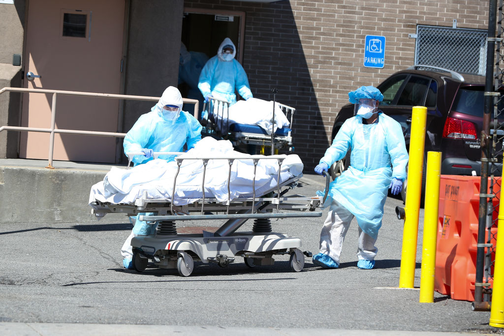Cuerpos son retirados de un hospital de EEUU