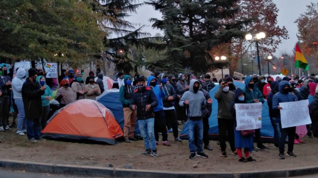 Alrededor de 600 bolivianos protestaron en las afueras del consulado en Santiago
