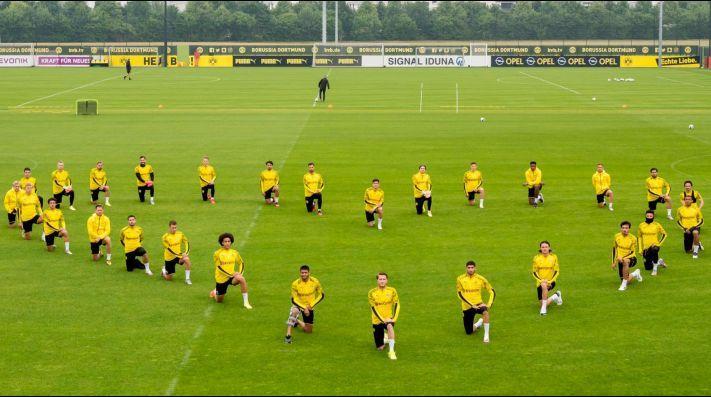 Plantel del Borussia Dortmund muestra su apoyo a la lucha en contra del racismo