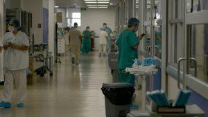 Senado aprobó que médicos cirujanos titulados puedan ejercer en el sistema público sin haber rendido examen de certificación