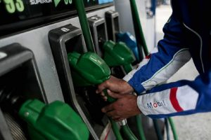 Por decimonovena semana consecutiva bajarán los precios de los combustibles en el país