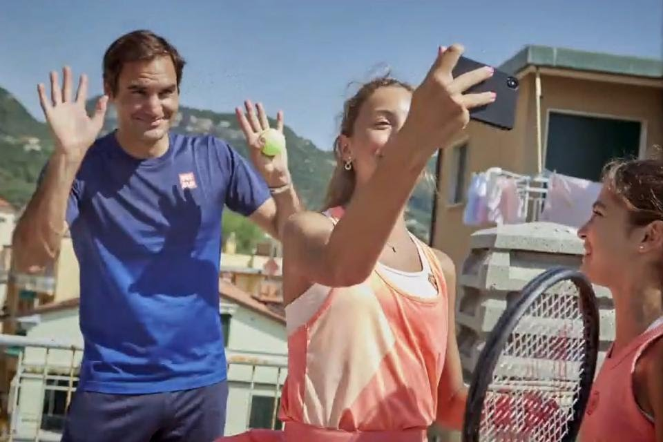 Roger Federer sorprende con genial publicidad con tenistas que jugaban en sus terrazas