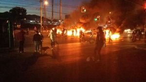 Diversos incidentes se producen en Melipilla tras convocatoria efectuada en redes sociales.