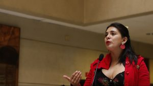 """Karol Cariola sobre discusión del retiro de fondos: """"Es una medida extrema frente a la indolencia y falta de disposición del gobierno"""""""