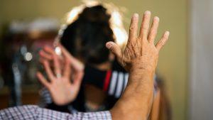 Casi ocho mil mujeres han mandado mensajes al número de WhatsApp del Gobierno pidiendo ayuda por violencia doméstica