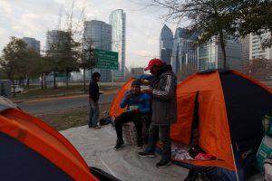 Cerca de 70 ciudadanos bolivianos acampan fuera del Consulado buscando regresar al país altiplánico