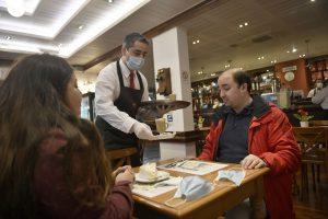 Imagen de autoridades tomando café en Valdivia causó críticas por manejo de mascarillas