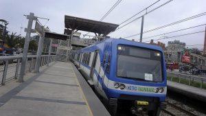 Pasajeros de Metro Valparaíso fueron evacuados por rodados de rocas