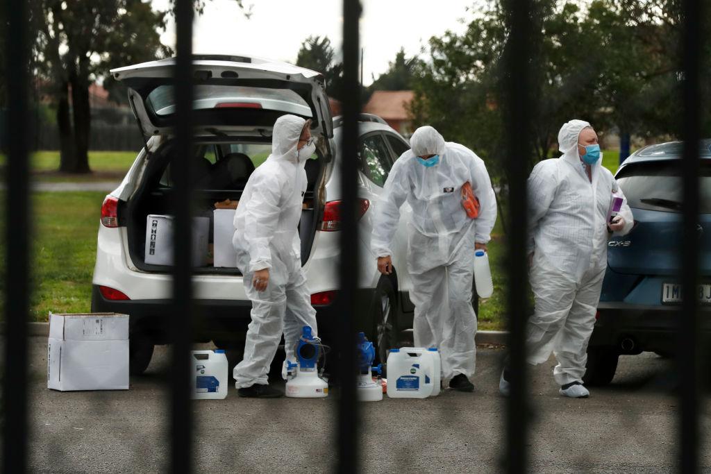 Trabajadores desinfectan instalaciones en Melbourne