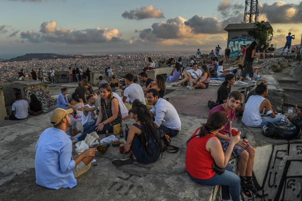 Personas sin mascarillas re reúnen y conversan en Barcelona