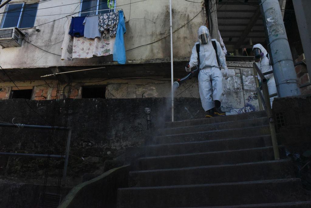 Trabajadores desinfectan las calles de Río de Janeiro