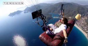 Parapentista turco voló sentado en un sillón de su living