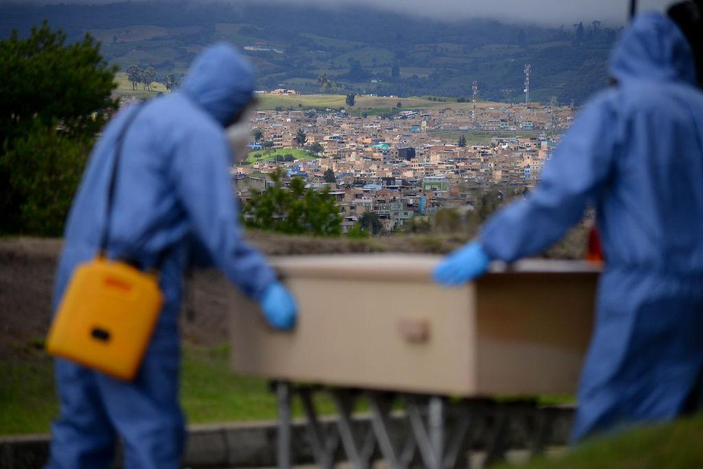 Trabajadores llevan a una víctima del Covid-19 en Bogotá