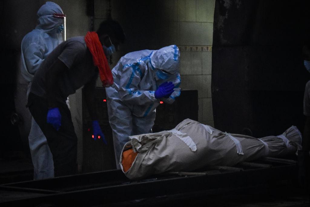 Una víctima del Covid-19 es ingresada a un crematorio
