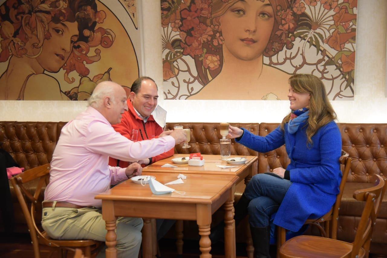 Autoridades en Café Entrelagos