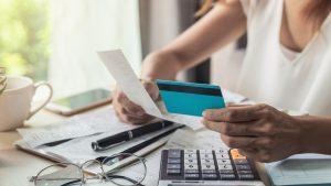 Encuesta reveló que el 83% de las mujeres chilenas no logra cubrir sus deudas mensuales