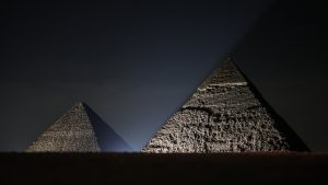Pareja rusa construyó una impresionante réplica de la pirámide de Guiza en su patio