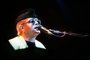 Elton John llevará sus conciertos a YouTube para recaudar fondos para su fundación