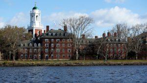 Universidad de Harvard anunció que impartirá sus clases de forma remota a partir del próximo año académico