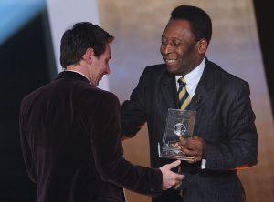 Pelé entregó sus felicitaciones a Lionel Messi por su gol 700