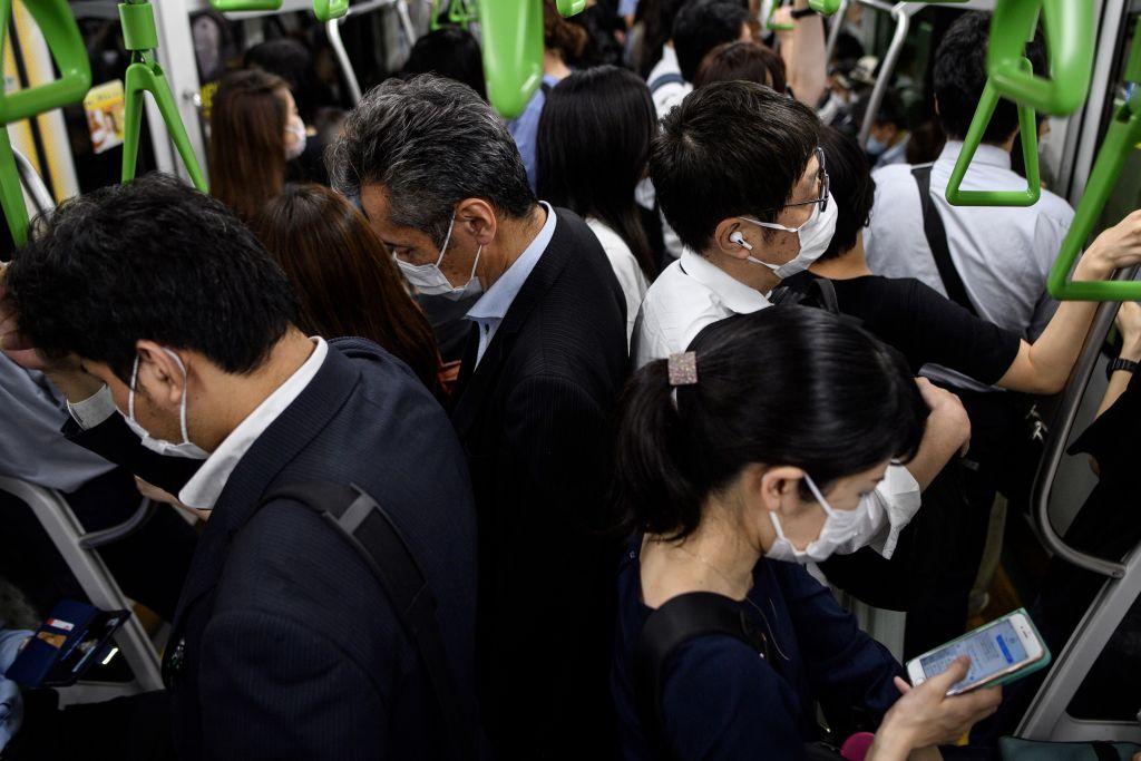 El metro con pasajeros en la capital de Japón