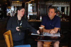 Inglaterra abre los bares, restaurantes y peluquerías pese al nuevo coronavirus