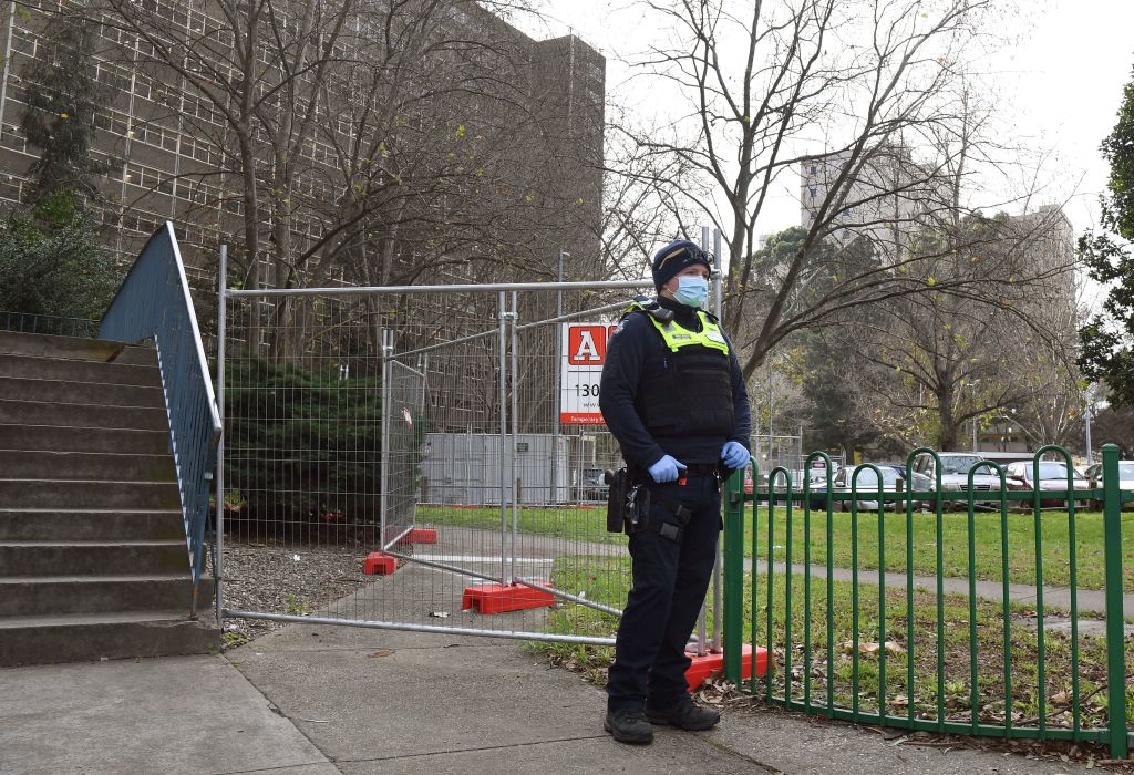 Un policía custodia que se cumpla la cuarentena en Melbourne