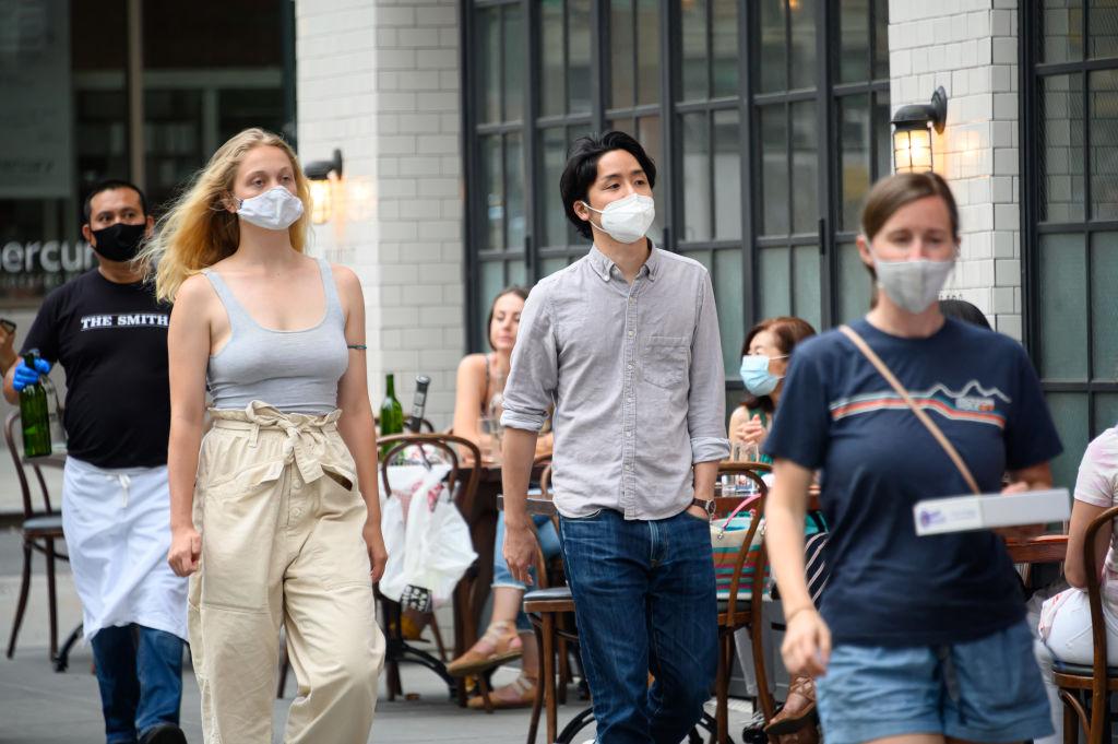 Personas caminan por las calles tras la reapertura de Nueva York