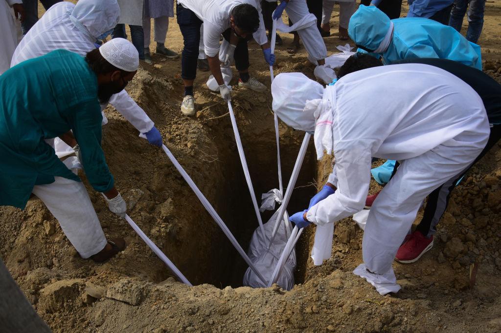 El entierro de una víctima del Covid-19 en Nueva Delhi