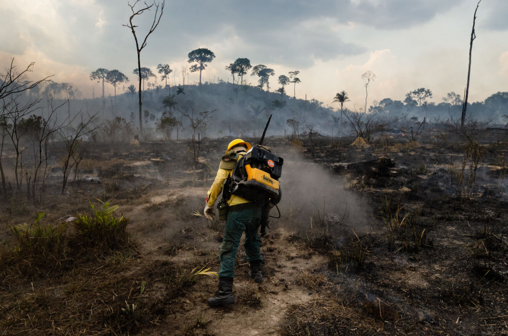 Trabajadores buscan contener un foco de incendio en Pará
