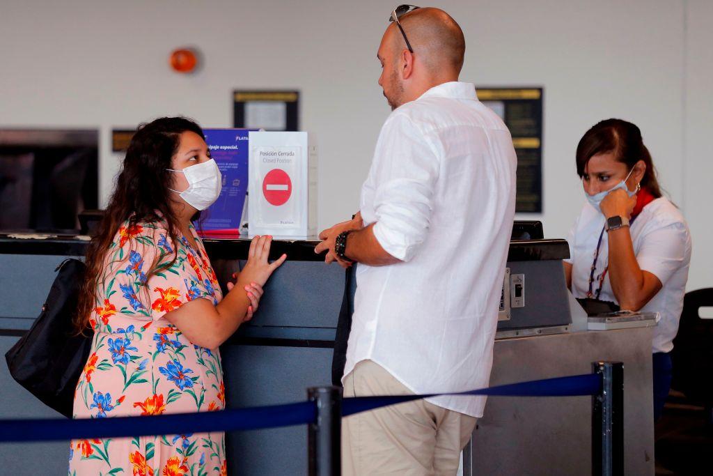 Una pasajera solicita ayuda en el aeropuerto Jorge Chávez