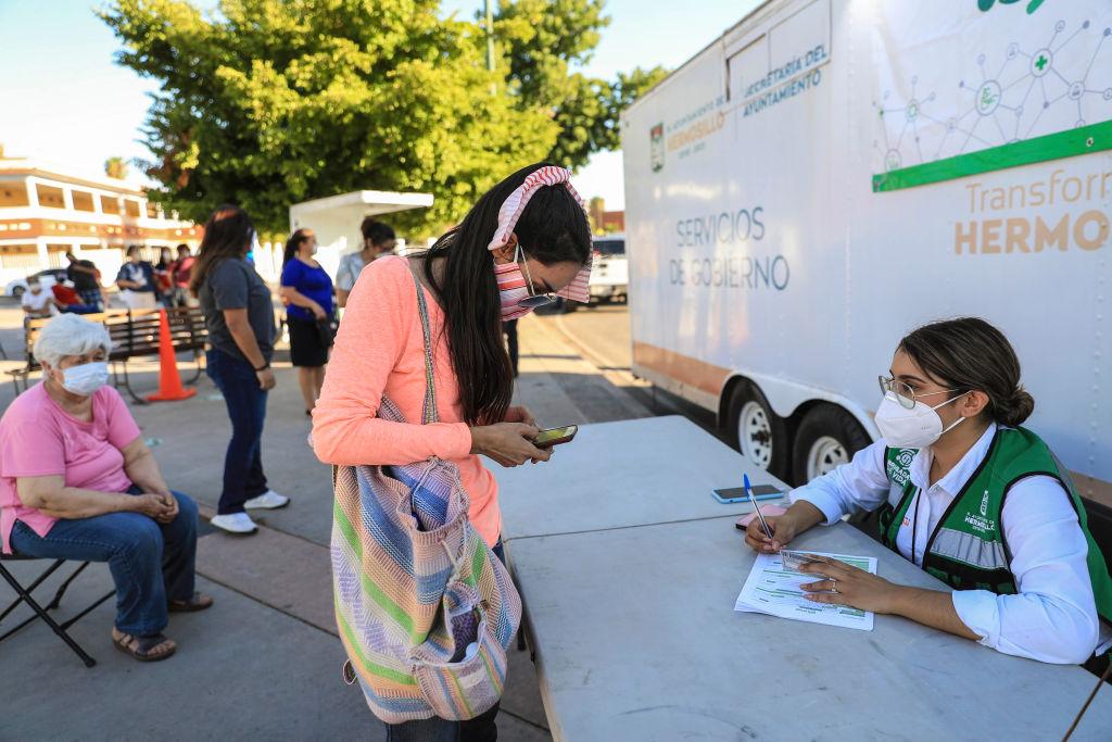 Trabajadores realizan test del Covid-19 en Sonora