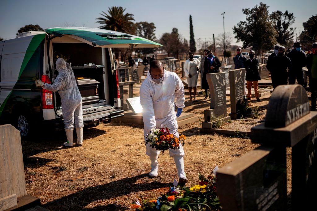 Víctima del Covid-19 es enterrada en Sudáfrica