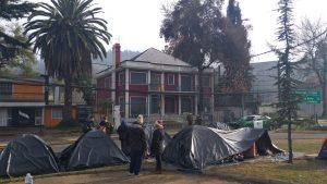 Cerca de 70 ciudadanos bolivianos duermen en las afueras de su consulado