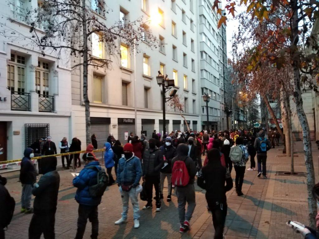 Largas filas alrededor de sucursales y tribunales de familia vuelven a tomarse las calles en el primer día del proceso de retiro de fondos de las AFP