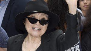 En silla de ruedas y con cuidados 24/7: Así es el presente de Yoko Ono a sus 87 años