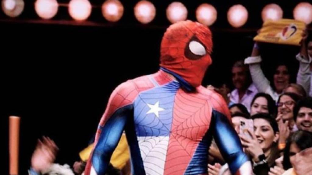 Sensual Spiderman encendió Instagram imitando el osado baile que Denise Rosenthal realizó para TikTok