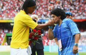 Ronaldinho volvería al fútbol profesional de la mano de Diego Armando Maradona
