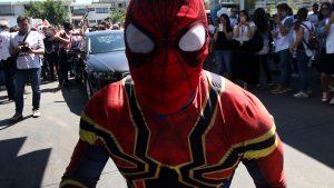 Sensual Spiderman mostró logro solidario con arriesgada maniobra