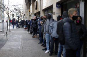 Reportan importante aglomeración de personas a las afueras de sucursal de AFP Modelo por demora en trámites del retiro de fondos