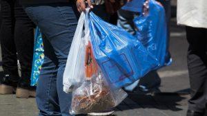 No más bolsas plásticas: Comenzó a regir ley que prohíbe su entrega en todo el comercio del país