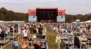 Tuvo 2.500 asistentes: Así fue el primer concierto con distanciamiento en el Reino Unido