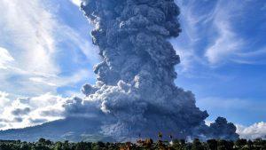 Volcán Sinabung en Indonesia entró en erupción: Columna de ceniza se elevó hasta 5.000 metros