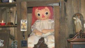 """Aseguran que la muñeca real de Annabelle se """"escapó"""" de su vitrina del museo de los Warren"""