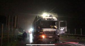Se registró nuevo ataque en La Araucanía: Desconocidos quemaron camión que transportaba frutas y verduras