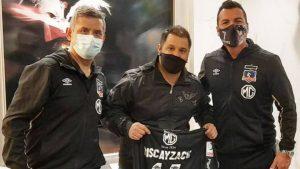 """Gustavo Biscayzacú visitó al plantel de Colo Colo en Uruguay cuando Conmebol recomienda """"evitar"""" visitas al hotel"""