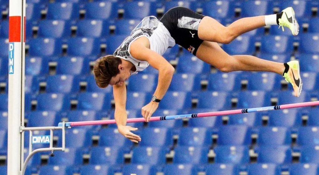 Armand Duplantis batió el récord mundial en el salto con garrocha