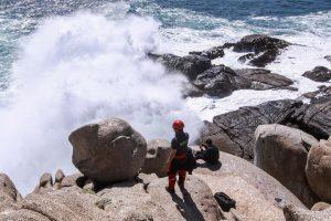 Continúan labores de búsqueda por hombre que cayó al mar en roqueríos de Punta de Tralca