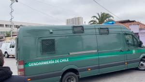Denisse Llanos llegó hasta la cárcel de San Miguel en medio de protestas y cacerolazos