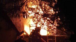 Incendio habría afectado al menos cuatro viviendas en comuna de Peñalolén